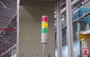 Un exemple d'indicateur lumineux Andon sur le sol d'une usine. Inspiré du système des feux de circulation universellement connus : arrêt, circulation et prudence.
